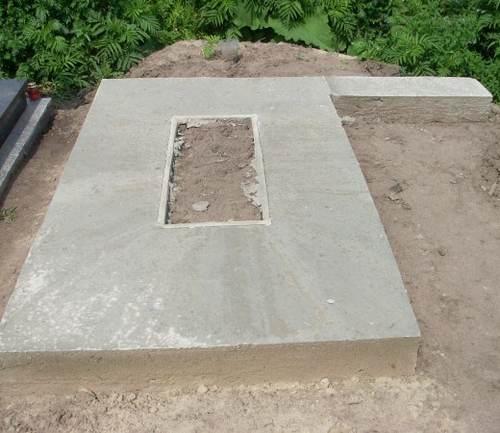 Фундамент под памятник на кладбище